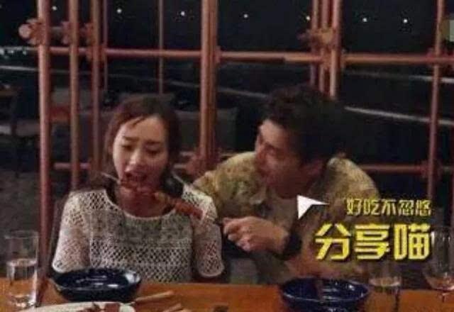 李易峰最新恋情疑曝光:当街喂吃烧烤摸头发,没想到女友竟然是她