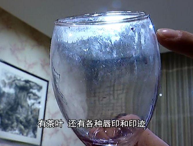 毛、茶叶、唇印全在酒杯上,顾客不注意喝下酒:恶心、想吐