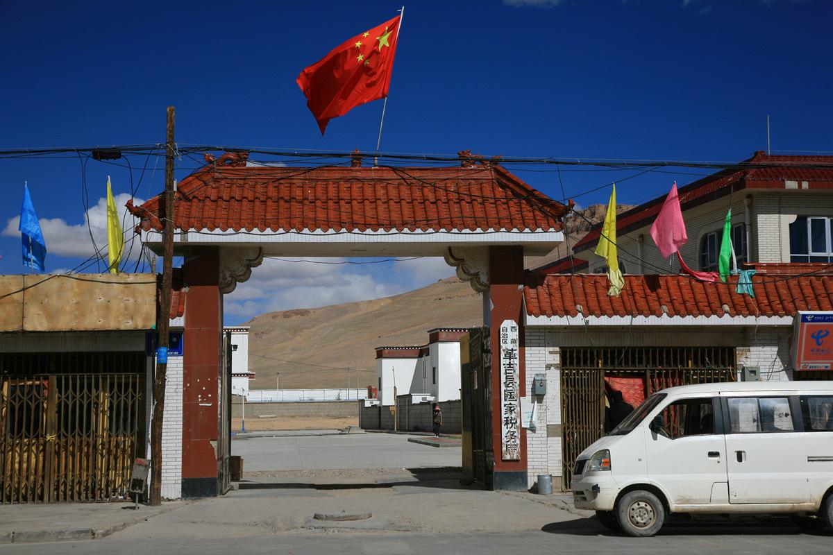 西藏一个纯牧业县,境内是一望无际的大草原