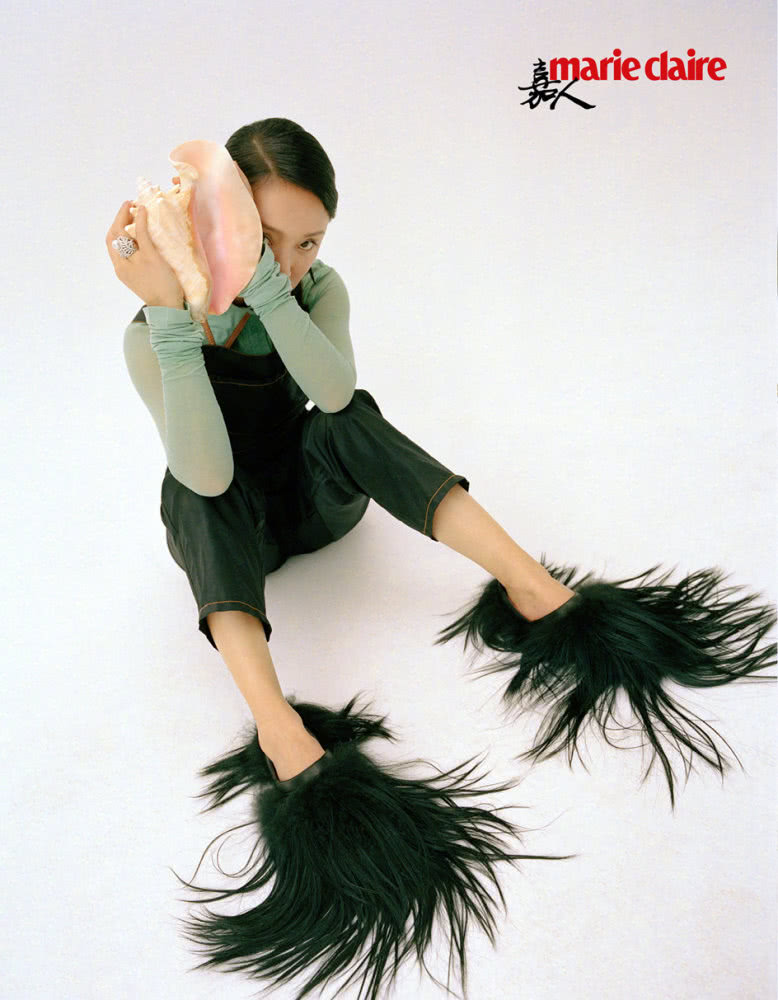周迅登《嘉人》二月刊封面,满头鲜花绽放,脚上仿佛生出一撮长发