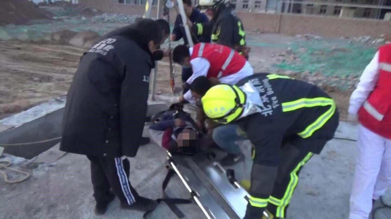 工人施工不慎坠井 消防营救助其脱险