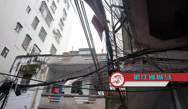 湛江这些小巷的电线缠绕杂乱无章,市民:万一短路着火怎么办?