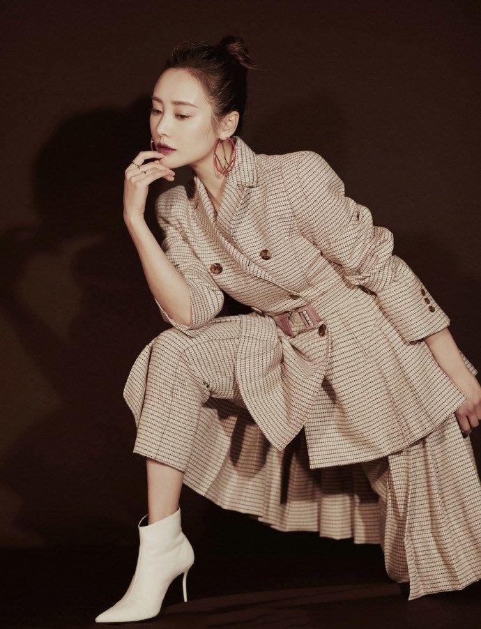 演反派出名的李纯,一身英伦风格的西装裙裤三件套,简直潮爆了!