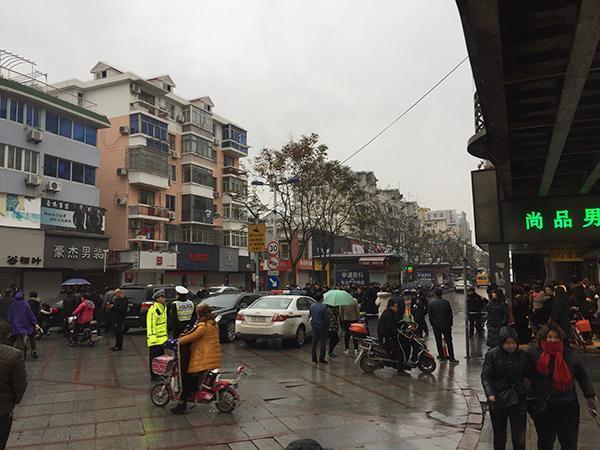上海浦东惠南镇一男装店疑似有害气体外泄,已致2人死亡