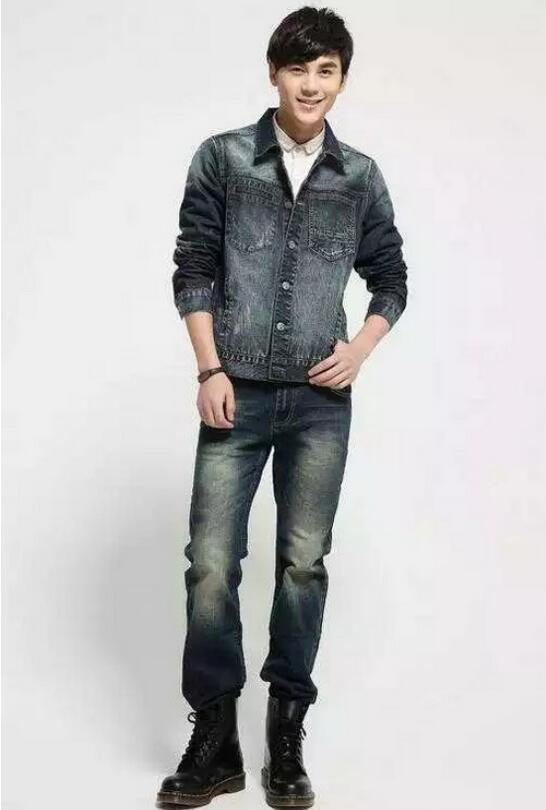 男装修身牛仔裤搭配连帽插肩牛仔外套,内里穿件白色印花t恤衫