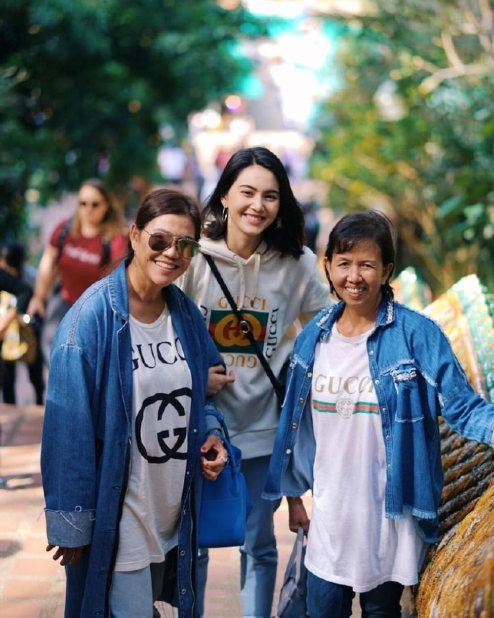 泰国小花Mai晒游客照, 卫衣配牛仔裤清爽又大气, 美颜暴击啊!