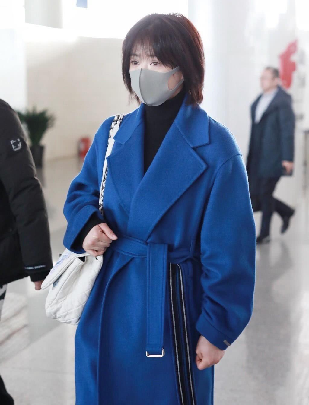 剪了长发的蒋欣,穿蓝色大衣配牛仔裤,形似路人毫无星味