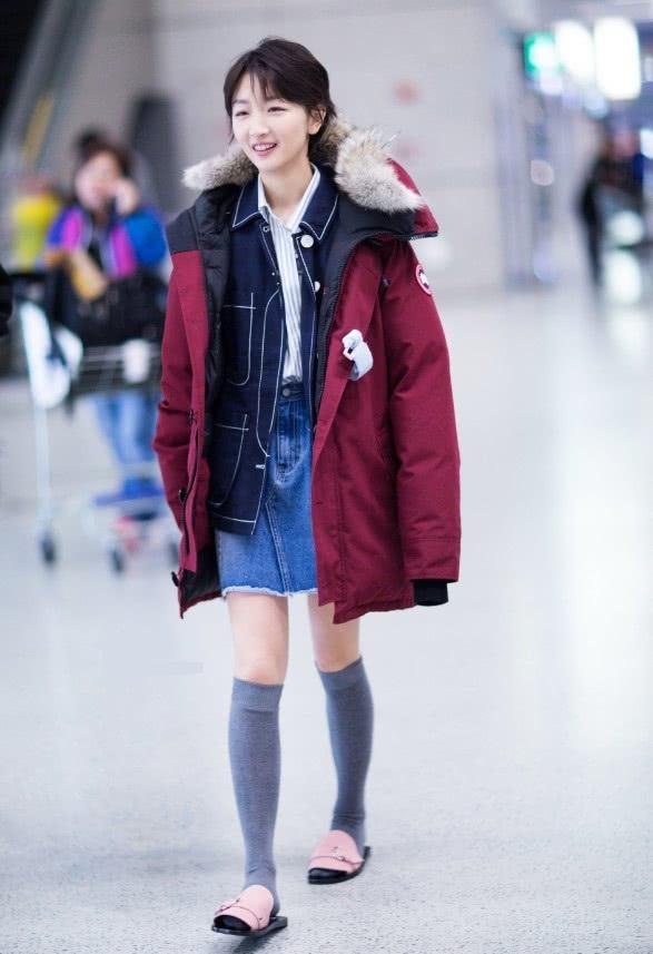 周冬雨太会穿,拖鞋加灰色长筒袜现身机场,还能少女心满满!