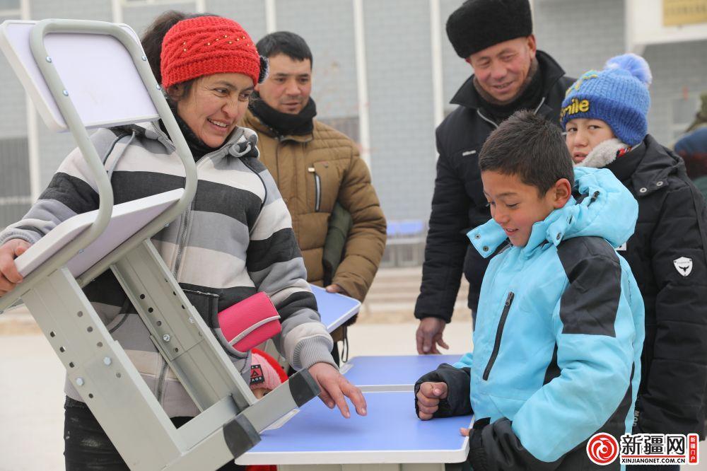 """点赞!阿羌村工作队为小学生发放 """"暖心小桌椅"""""""