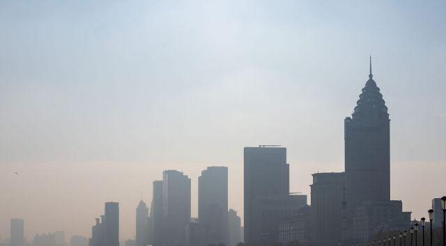 上海:空气质量不佳,陆家嘴上空略显灰暗,游客戴上防护口罩