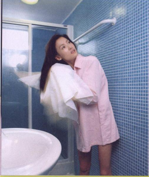 张柏芝年轻时日常写真,穿粉色长衬衫在浴室用毛巾擦头发