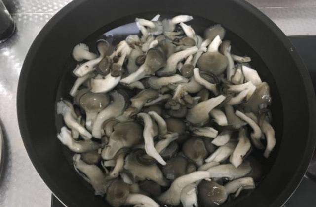 这样做炸蘑菇,大人孩子抢着吃,舌尖上的好味道!