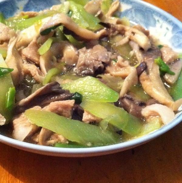 美食推荐:芹菜炒鱿鱼,菊花茄子,蘑菇青笋炒肉的做法