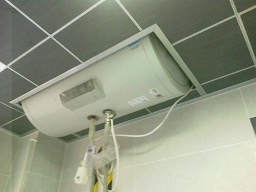 为什么有钱人都把热水器装吊顶上?一问内行人,后悔我家听说晚了