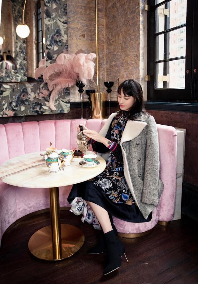 梁洛施解锁新时尚,针织衫加格纹腰封,英伦风清新又浪漫