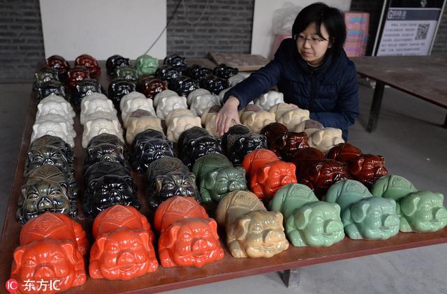 """河北邯郸:2019农历猪年临近 """"萌猪""""主题瓷器生产忙"""