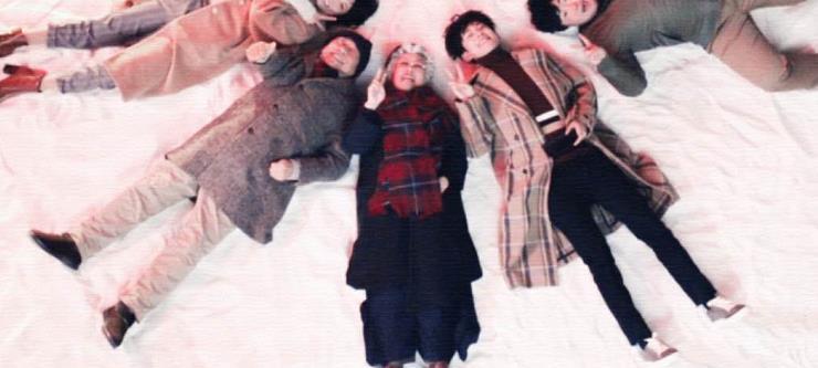易烊千玺穿唐装敲锣挂红灯笼迎新年,最后躺在雪地里的样子好可爱