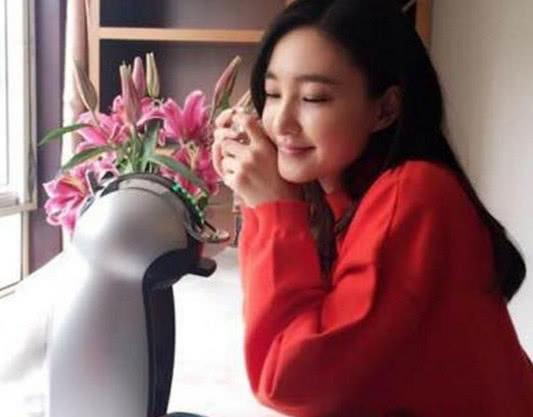 王丽坤晒出自己的家,家里放满各种鲜花,生活中是个很浪漫的人