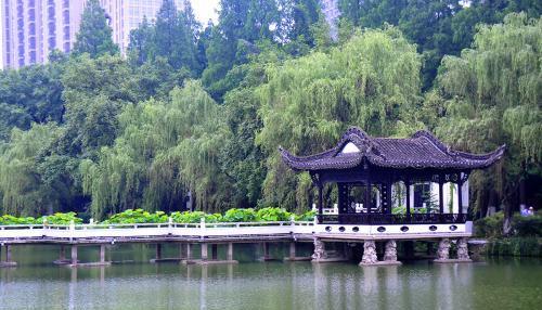 为纪念北宋著名清官包拯而修建的园林,包河公园