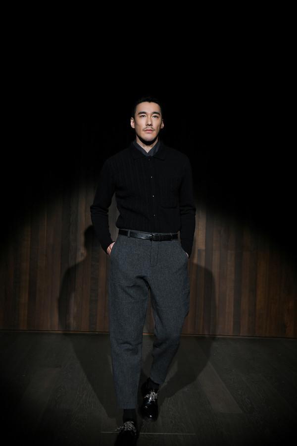胡兵挑战楼梯T台,三度走秀Oliver Spencer,诠释两套Look难掩绅士范!