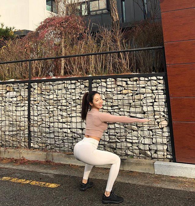 从38健身练到56公斤,女孩楼梯上练蛙跳,厚实身材秒杀骨感美