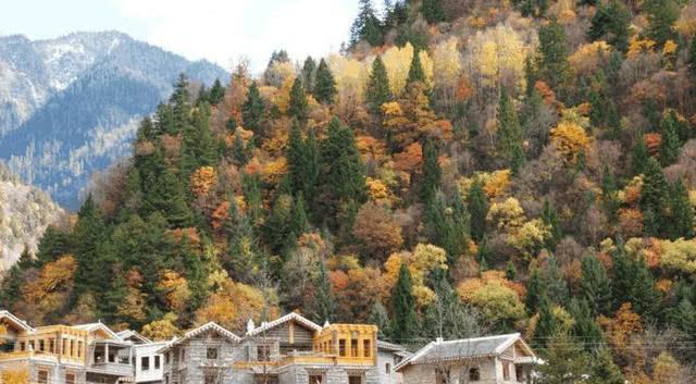 景区距离成都不远,有世界海拔最高的索道和世界海拔最高的咖啡厅