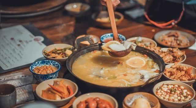 成都最独特的火锅鱼,用高温鹅卵石来烫熟,有人吃过吗?
