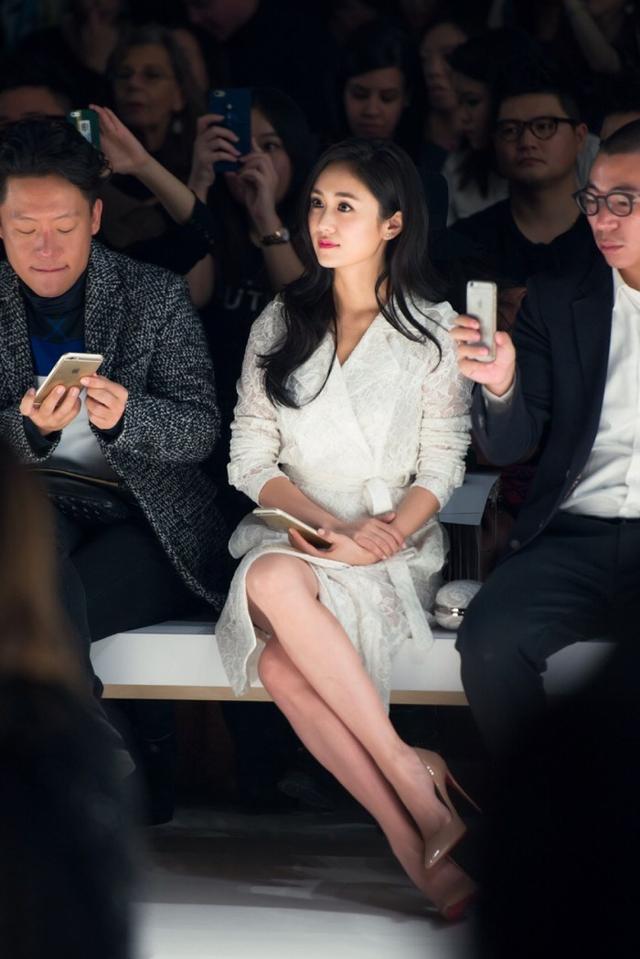 刘芸西装又帅又美,网友感叹侧脸实在太精致,性感美腿更是撩人