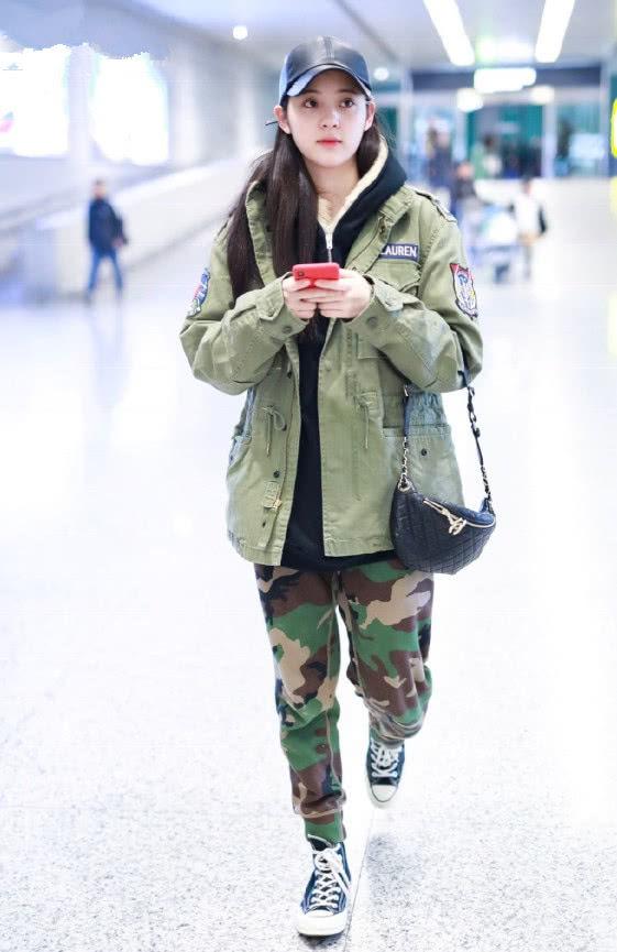 欧阳娜娜真会玩,棒球帽加2个钢圈又是一个时尚单品,衣品绝了