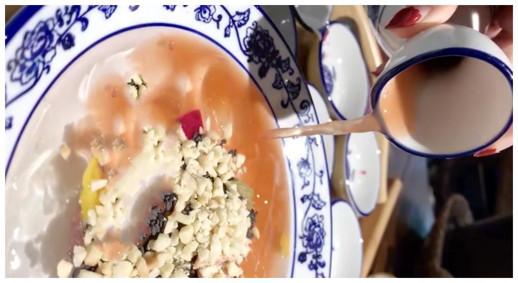 这家用鹅卵石煮鱼的成都网红店,鱼肉闷煮几分钟就好,新鲜还味美