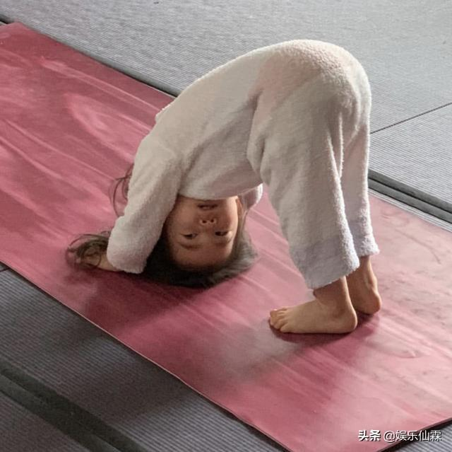 陈冠希分享女儿瑜伽照,光脚踩地板翻跟头,把高跟鞋偷偷穿跑