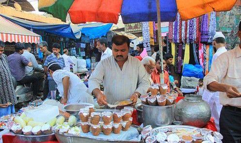 印度商贩见到中国游客,立马带上了塑料手套,网友:区别对待吗?