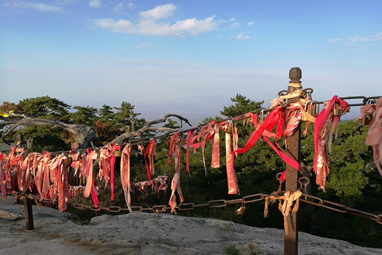 中国最难爬的山,想要到达山顶,需要准备一双白手套......