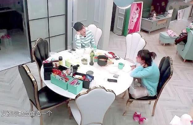 何炅曾说吴昕家下不去脚,看了饭桌的化妆品以及泡脚桶,都信了!