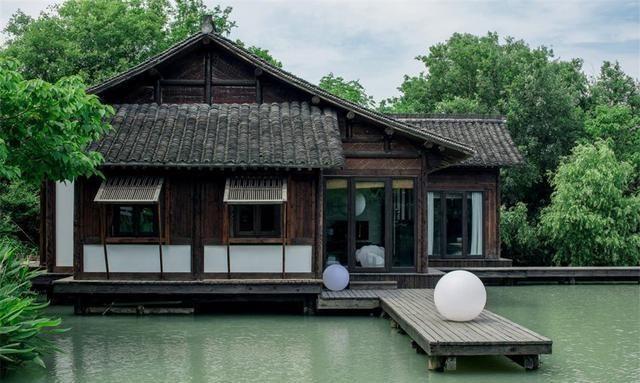临湖而居,傍山而立,这处中式园林别墅,堪称典范