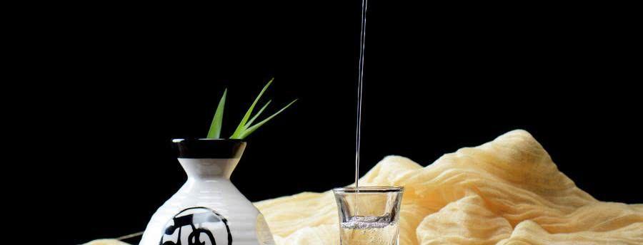 农民大哥自制酿酒术,方法很神奇,用品也很常见