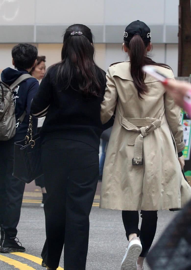 郭富城爱妻方媛挺5个月巨肚逛街,买的都是女婴用品