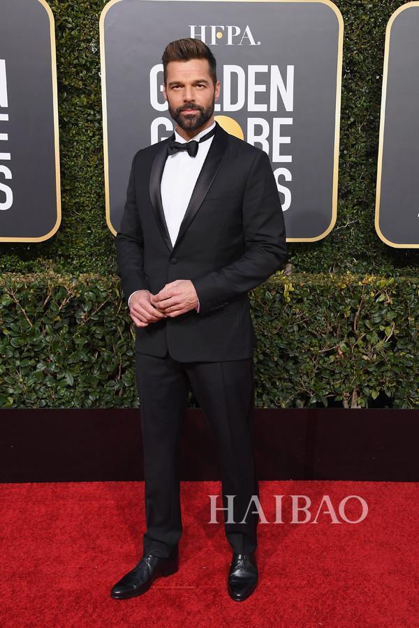 著名流行歌手及演员Ricky Martin身着伯尔鲁帝 (Berluti) 西服套装出席第76届金球奖