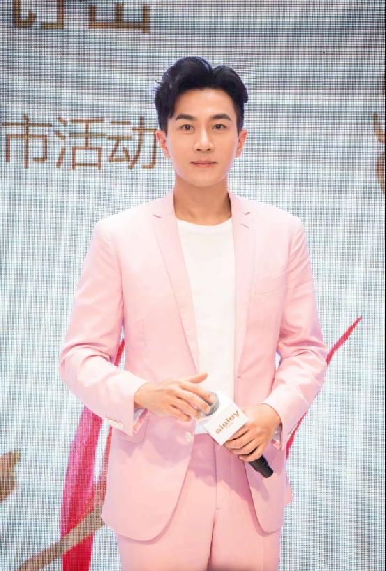 刘恺威穿粉色西服亮相,笑容满面,却掩盖不住暴瘦的脸颊