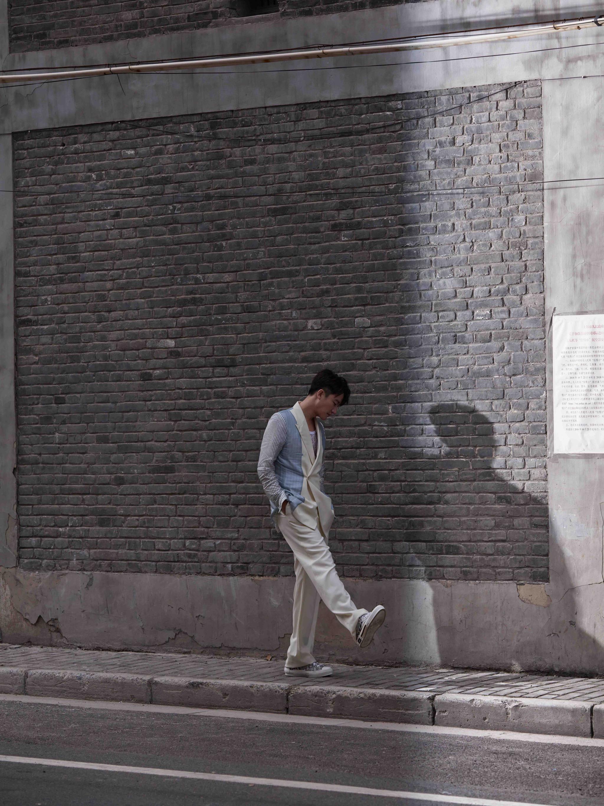 黄轩街拍大片曝光 三色西服清爽如风解锁多面魅力