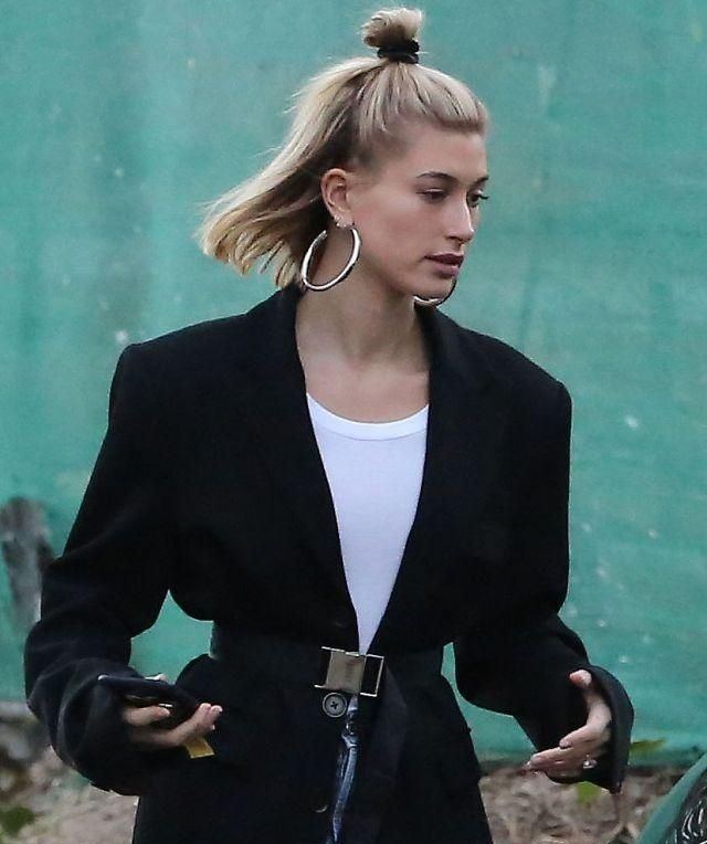 """海莉·鲍德温穿西装扎""""朝天揪""""看房,网友:这耳环看着都疼!"""
