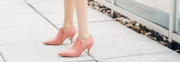 """古力娜扎的手可真巧,用""""橡皮泥""""捏出一双高跟鞋,意外很甜美!"""