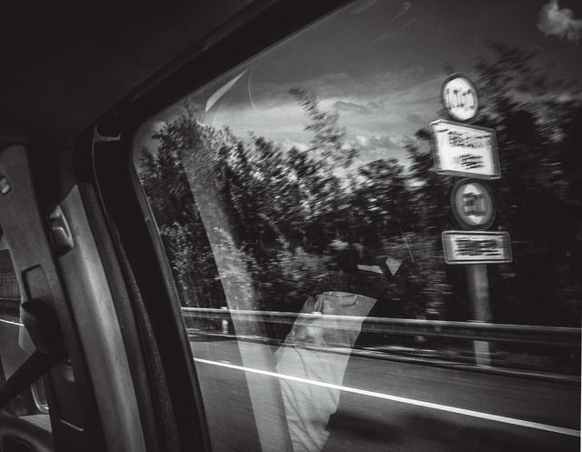 威尔士女子开车时休息,脚放仪表盘上后撞车,左腿骨折右腿脱臼