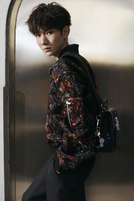 王源时尚街拍曝光,西服到夹克从纯色到印花,长开了的他更帅气了