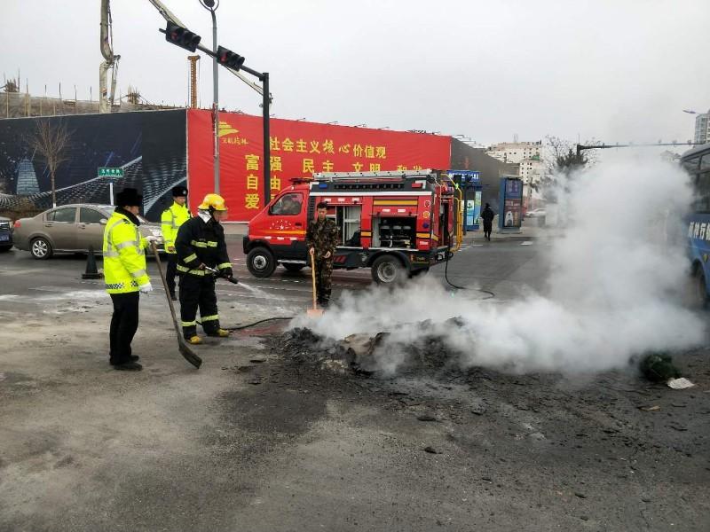 榆林一满载杂物拖拉机着火 驾驶员竟一溜烟跑了