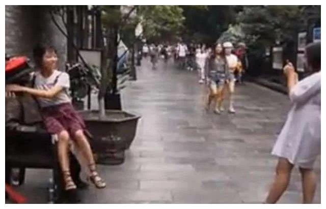 """女子坐在""""雕塑""""大腿上, 拍照正起劲, 下一秒女子脸红了!"""