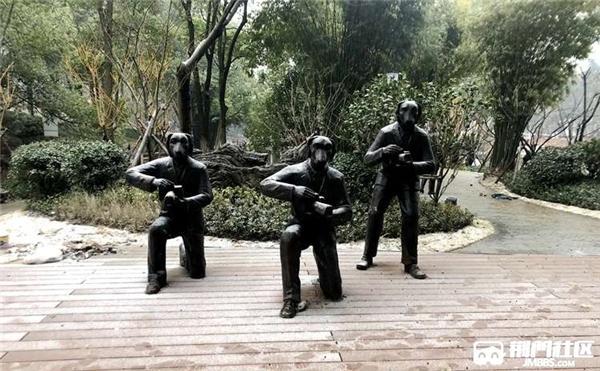 """公园放""""拍照的狗头人""""雕塑引争议:侮辱拍客"""