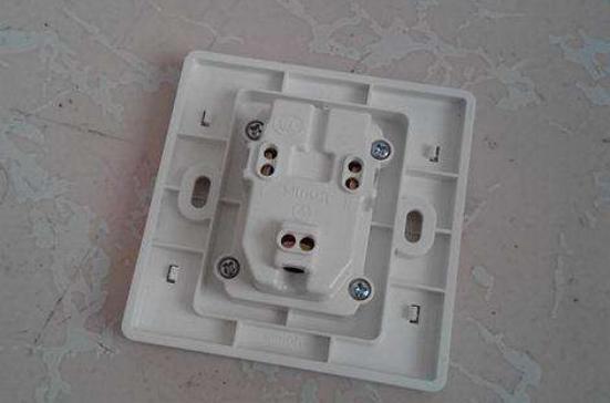 家里的插座老是松动,请了位老电工来维修,5分钟就解决了问题!