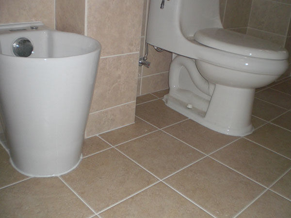 卫生间别再用玻璃胶了,有钱人都用它来代替,环保又不发黑!