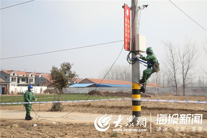 巨野供电员工身穿自制防护服到隔离区为62套监控设备送电